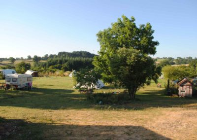 camper avec une tente. Brénazet, Allier, hartje Frankrijk