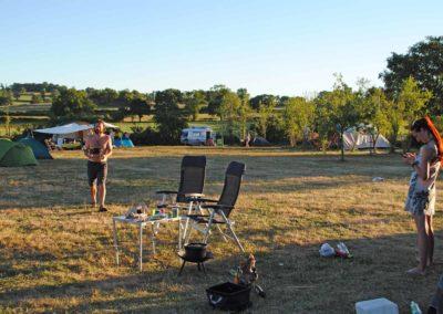 overzicht met kampeerders, grote ronde tent, yurt, camping Brénazet, Allier, Auvergne